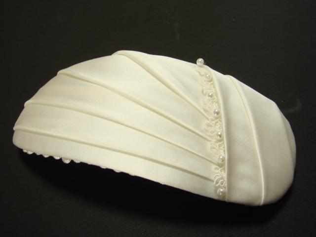 ドレスのデコルテにドレープのデザインが施されていました。ボンネもお揃いのデザインに作りました。